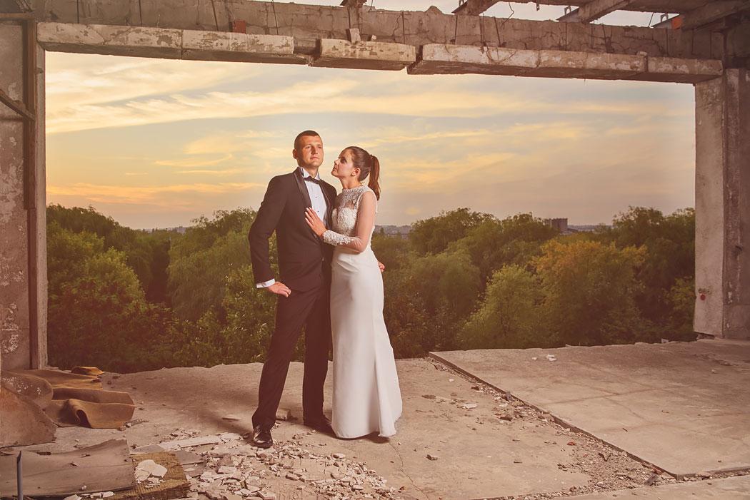 przykład pleneru ślubnego w opuszczonych budynkach